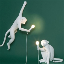mariella_seletti_monkey_lamp_white_miljo_wall_sitting
